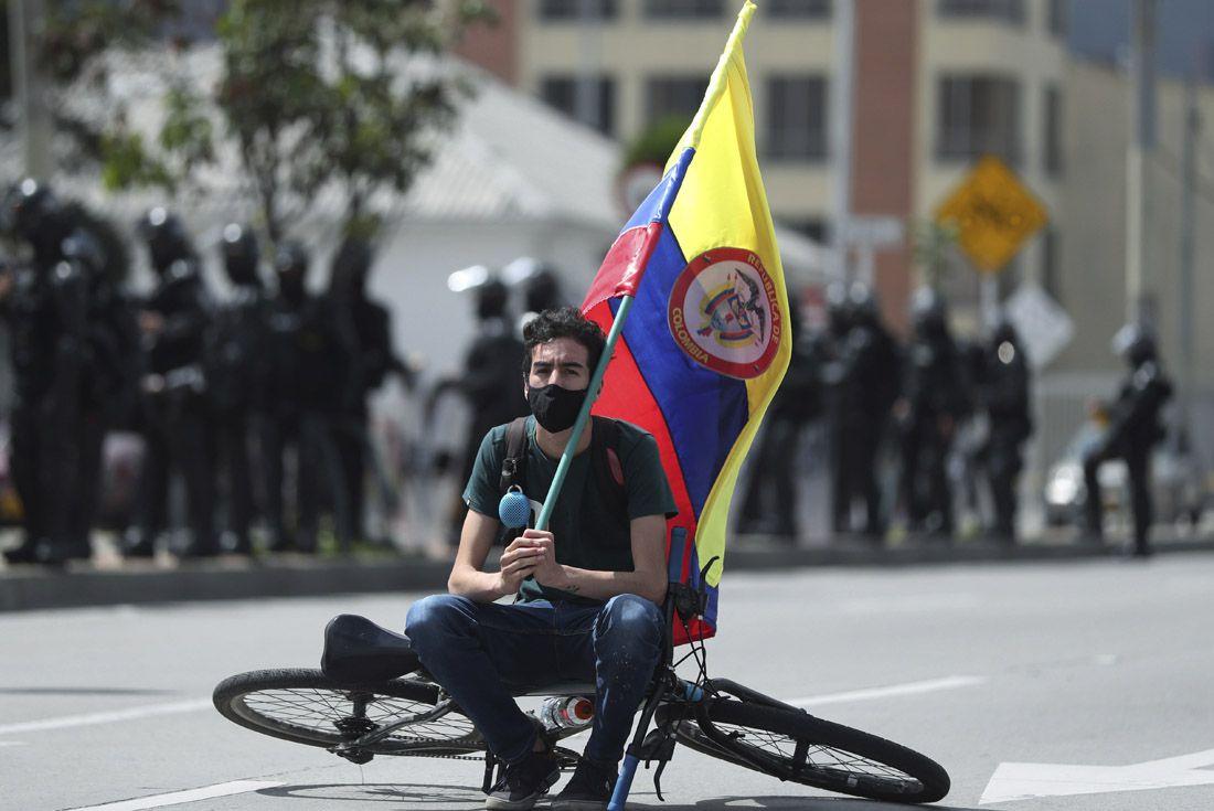 Las calles de Colombia se llenan de manifestantes que rechazan una reforma tributaria . El paro convocado contra la reforma está teniendo más seguimiento del esperado. (AP)